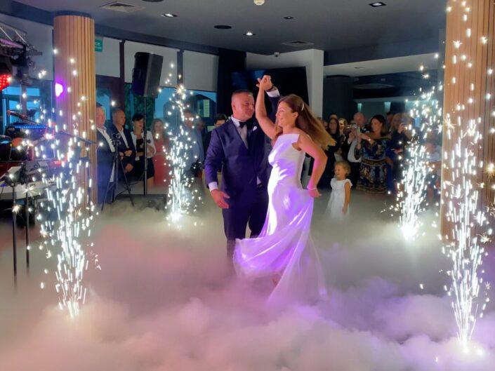 Ciężki dym i fontanny sceniczne na wesele
