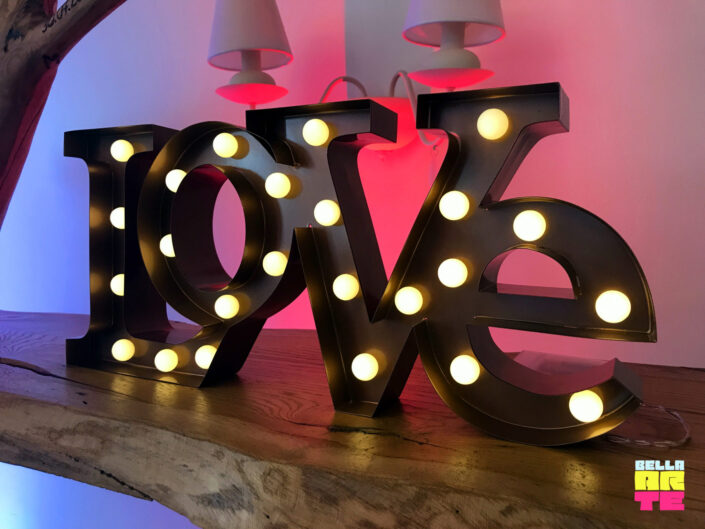 Bella-Arte napis Love i dekoracja światłem
