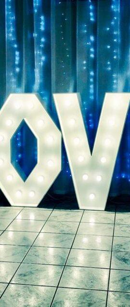 Dekoracja światłem. Napis Love wesele