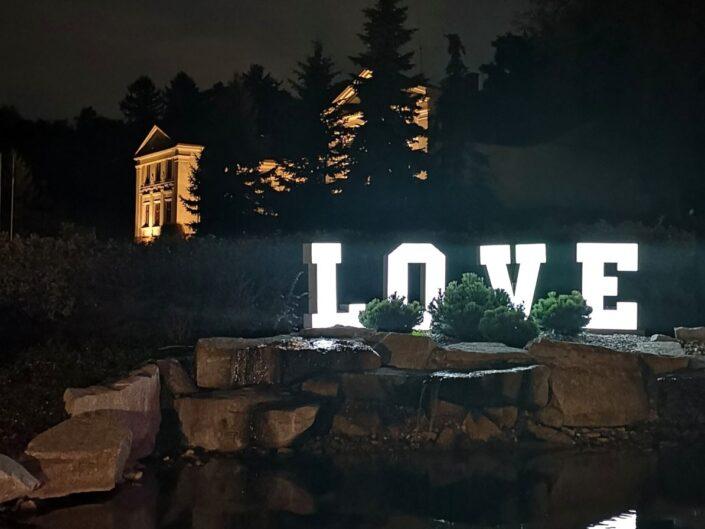 Dekoracja światłem. Napis Love na wesele