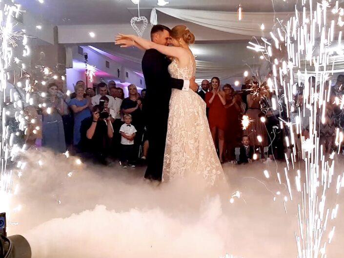 Ciężki dym na wesele i fontanny sceniczne